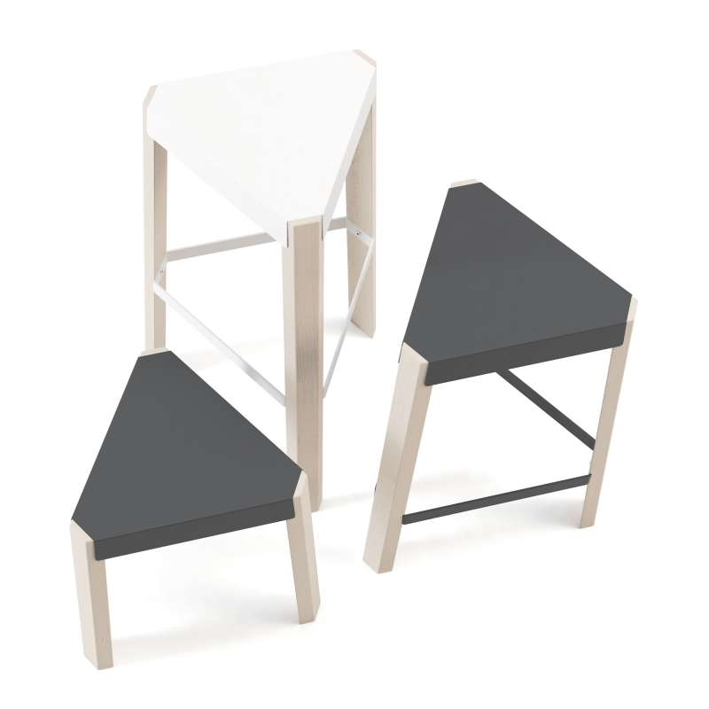 tabouret bas triangulaire en m tal et bois podio 4 pieds tables chaises et tabourets. Black Bedroom Furniture Sets. Home Design Ideas