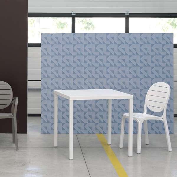 Table de terrasse carr e empilable en polypropyl ne et alu for Table carree exterieur aluminium