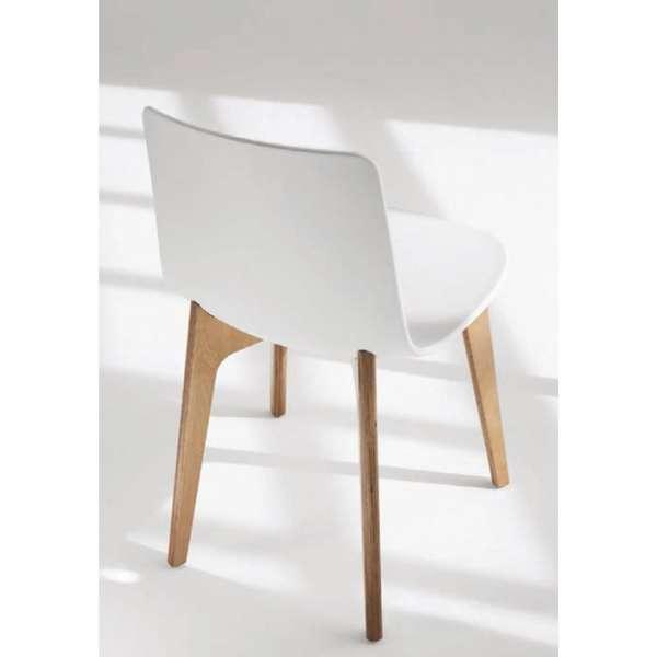 Chaise design en polypropyl ne lottus pieds bois enea for Chaise pied bois assise plastique