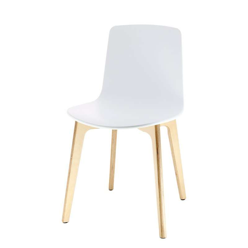 Chaise design en polypropyl ne lottus pieds bois enea for Chaise pied en bois