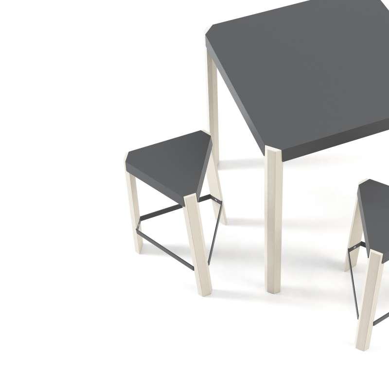 tabouret bas triangulaire en m tal et bois podio 4 pieds tables chaises et tabourets. Black Bedroom Furniture Sets. Home Design Ideas