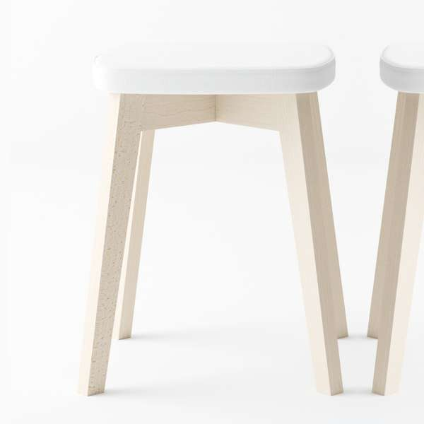 tabouret bas scandinave en synth tique et bois eclipse 4 pieds tables chaises et tabourets. Black Bedroom Furniture Sets. Home Design Ideas