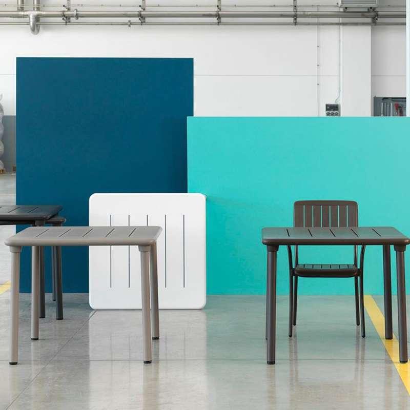 Table de jardin carr e en polypropyl ne et aluminium for Table carree exterieur aluminium