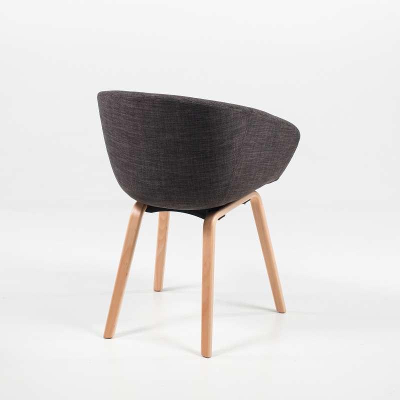 fauteuil moderne en tissu gris et bois naturel loona 4 pieds tables chaises et tabourets. Black Bedroom Furniture Sets. Home Design Ideas