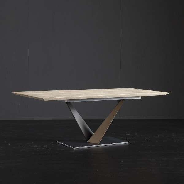 Table design style industriel avec pied central en v et - Table ronde design pied central ...