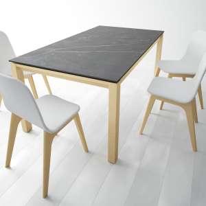 Table en Dekton Kelya avec pieds en bois chauffé massif avec chaises Atlas - Lakera