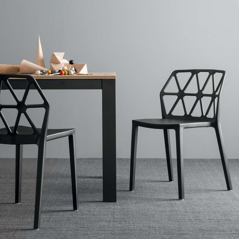 chaise design empilable en plastique polypropylne noir alchemia connubia 1 - Chaise Design Plastique